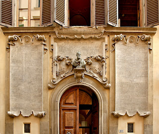 Viviani decorated his home with an elaborate facade paying tribute to Galileo