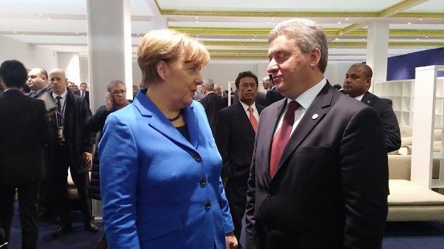 Bild des Tages - Merkels Brustwarzen stehen bei Ivanov stramm