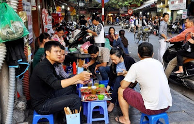 Street life in Hanoi in the eyes of foreign tourists 2