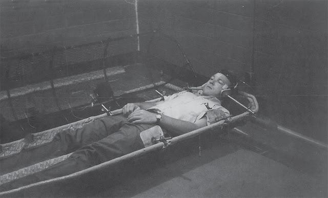 Jaula de metal en el que el voluntario David Myers se balanceaba continuamente