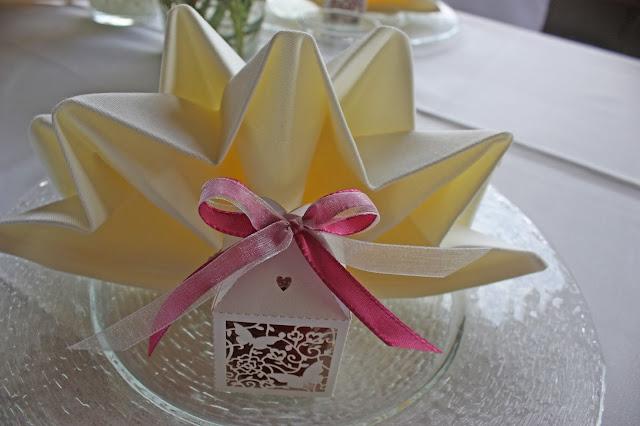 Gastgeschenke - wedding favors - Hochzeit in Fuchsia im Riessersee Hotel Garmisch-Partenkirchen - Fuchsia Wedding center pieces table decor #Riessersee #wedding venue #Hochzeitshotel #Garmisch #Bayern #Bavaria #Hochzeit #wedding