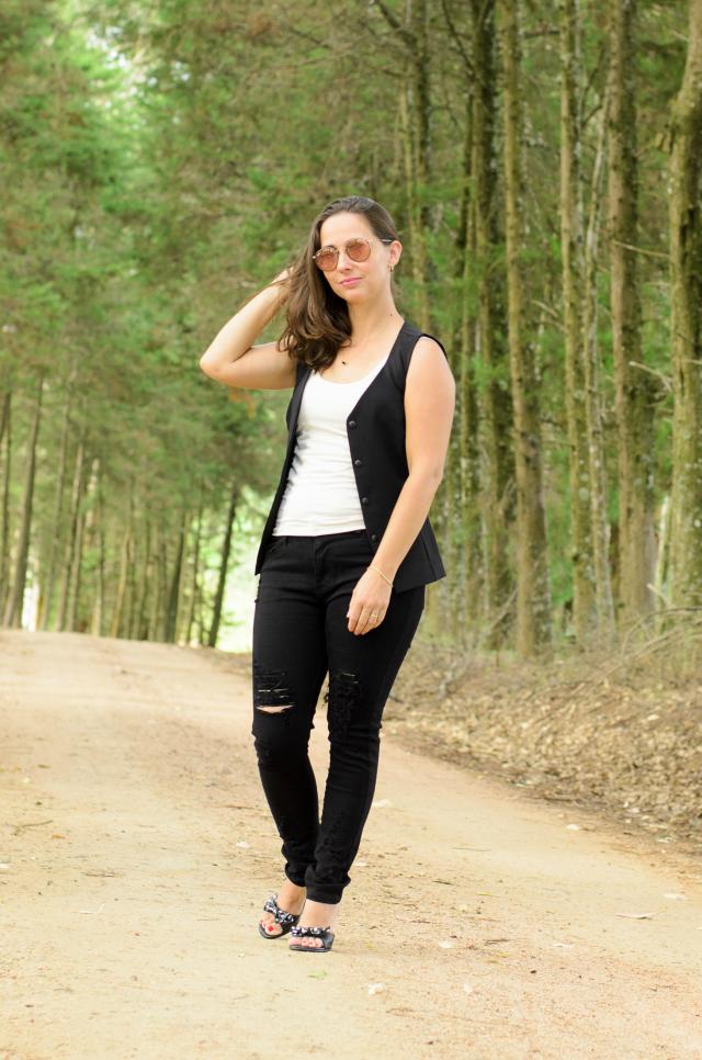 Ripped black skinny jeans, colete e regata branca