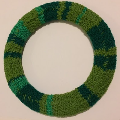 How to make a simple crochet Christmas wreath