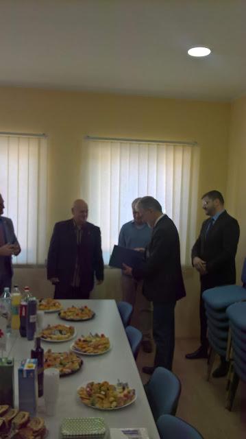 Goran Popović, predsednik Crvenog krsta Titel, u znak zahvalnosti dodelio zahvalnicu dr Walter Aichingeru.