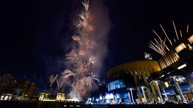 A exibição espetacular durou 8 minutos, disparado de 23 locais no Dubai Downtown, com Burj Khalifa no seu centro