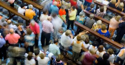 Congregaţia unei biserici - imagine preluată de pe christianheadlines.com