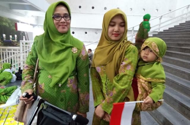 Harus Dicontoh, Ibu Muda Ini Kenalkan Anaknya pada Muslimat NU Sejak Usia Dini