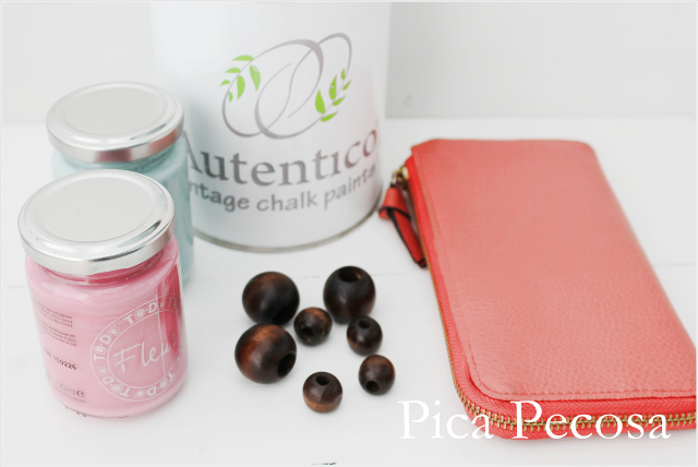 cartera-personalizada-reciclada-con-chalk-paint-y-cuentas-de-madera