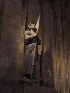 La statue de Jeanne d'Arc à Notre-Dame de Paris / photo : Steven G. Johnson / source : Wikipédia