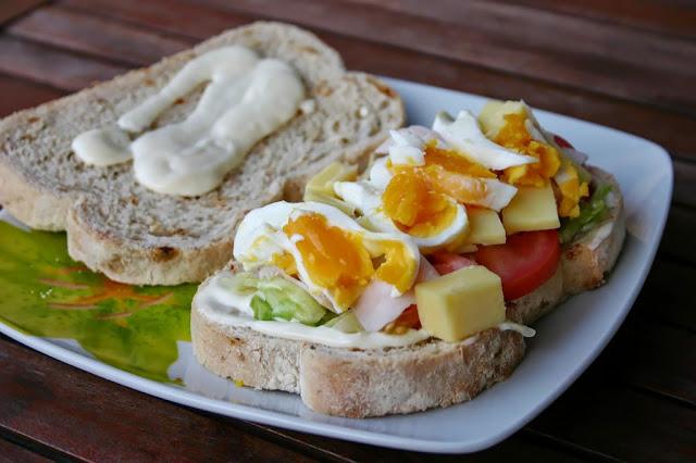 Sándwich vegetal con pavo y queso