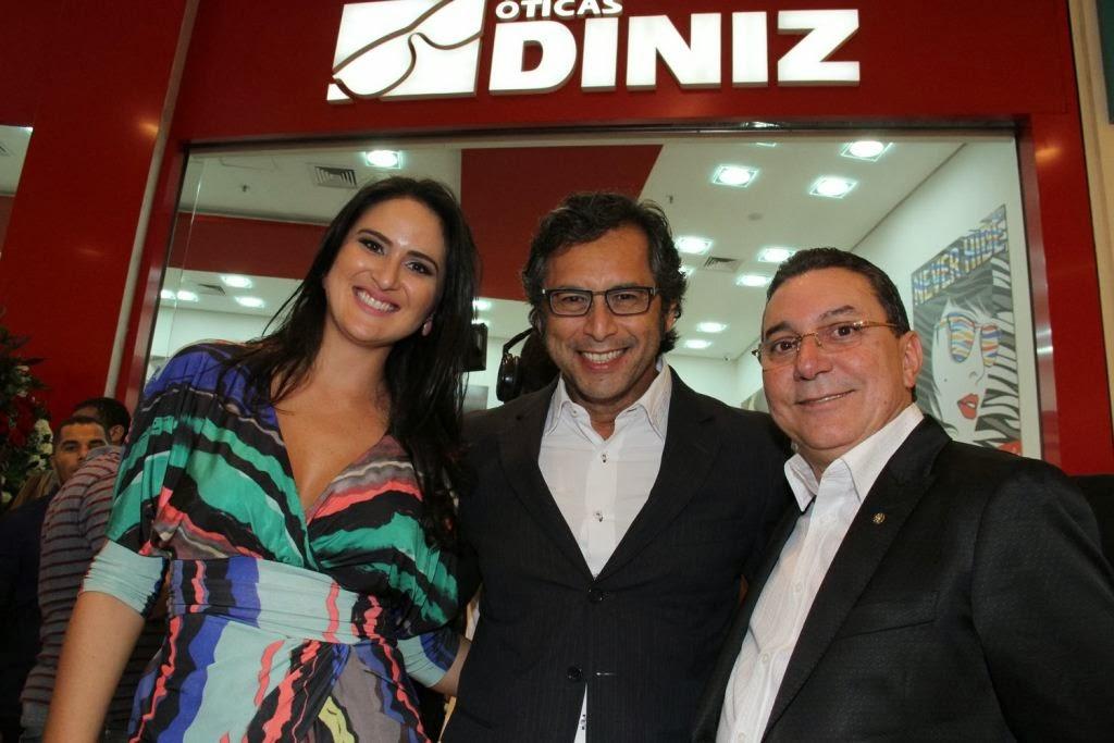 E, de surpresa, Arione Diniz, presidente da marca e tio das anfitriãs,  apareceu com um buquê de rosas para prestigiar as sobrinhas. 4fbd19639b
