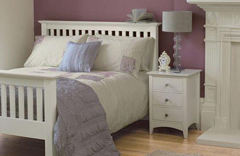 white bedroom with a violet wall+Desain+Keren+Kamar+Tidur+Anak+Dengan+Warna+Putih,+Biru+dan+Coklat