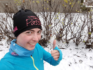 Coureuse souriante, Montréal, neige, pouce en l'air