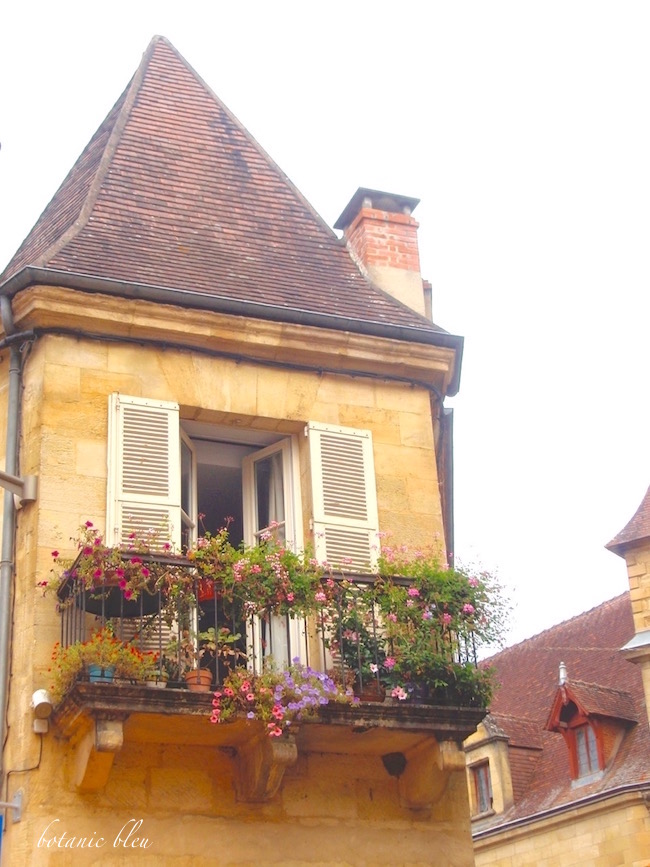 french-house-balcony-pink-geranium-window-boxes