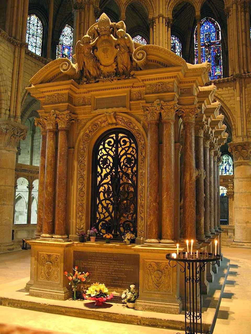 Túmulo de São Remígio, no interior da basílica.