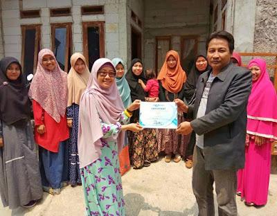 Penyerahan sertifikat dari Mbak Lulu setelah sesi belajar SEO selesai