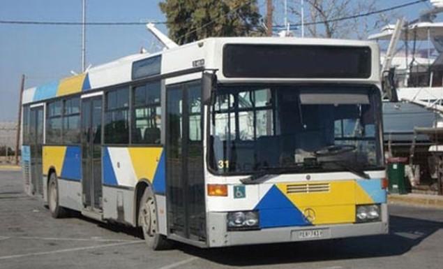 Viral το αυτοκόλλητο στα λεωφορεία της Αθήνας για τους επιβάτες που... βρωμάνε