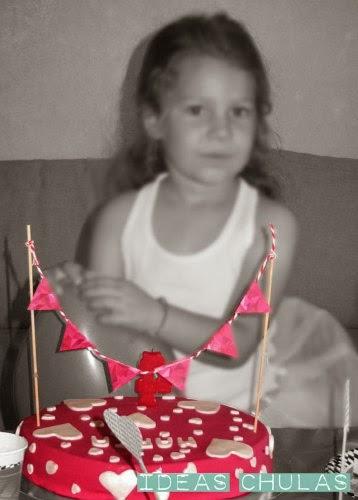 Guirnalda de banderines en pastel rosa con corazones blancos