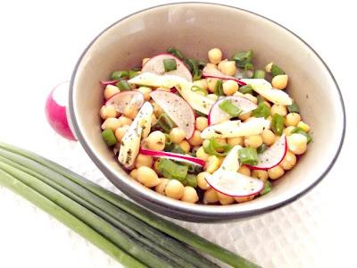 Salată cu năut şi brânză Cheddar