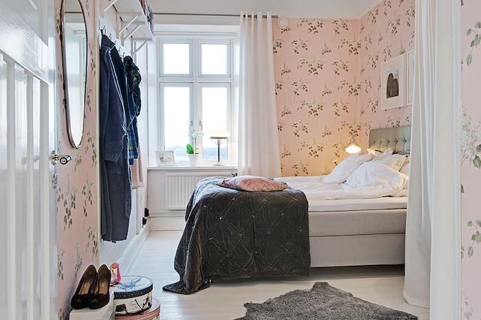 Dormitorio romántico con papel pintado rosa