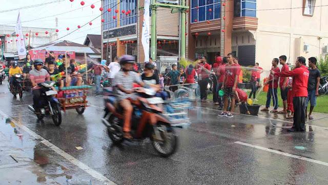 Warga dari bermacam-macam suku dan wisatawan mancanegara berbaur ikut festival perang air