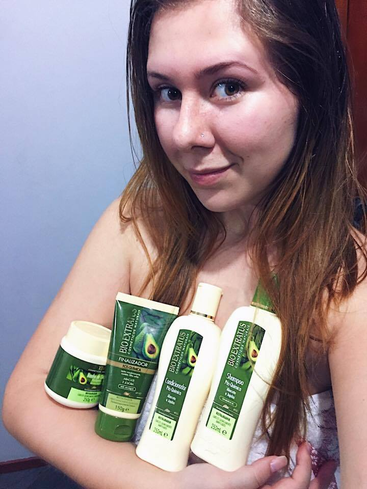 Capa do Post: Blogueira segurando a linha de produtos da Bio Extratus