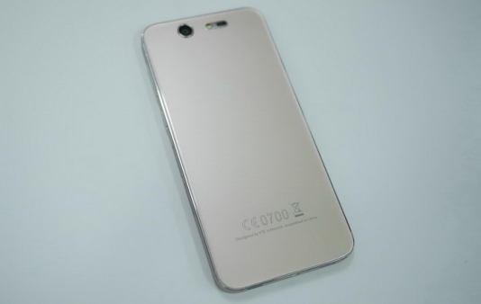 """Mirip iPhone  Desain cover belakang serta tagline dengan tulisan """"Designed by ZTE in Munich. Assembled in China"""" membuatnya sekilas mirip dengan iPhone."""