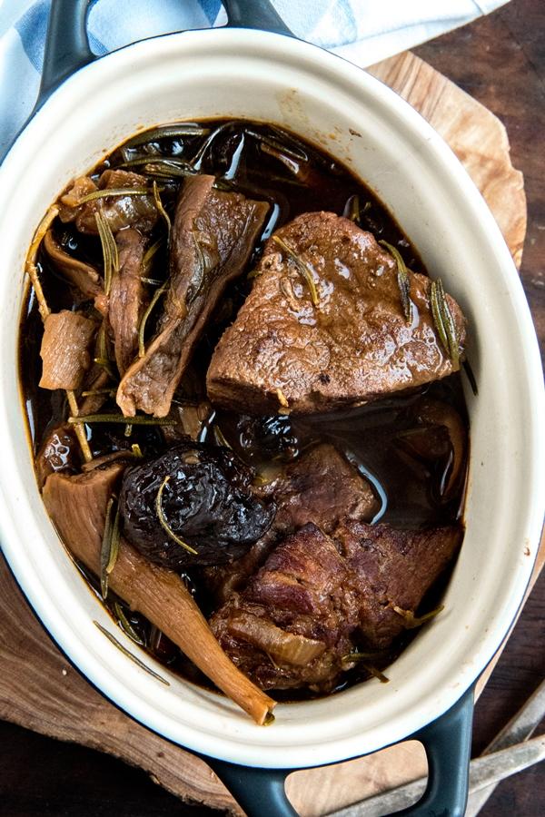 wołowina i suszone grzyby i śliwki