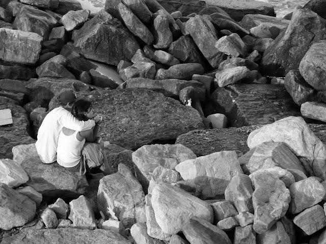 Pareja abrazada en las rocas