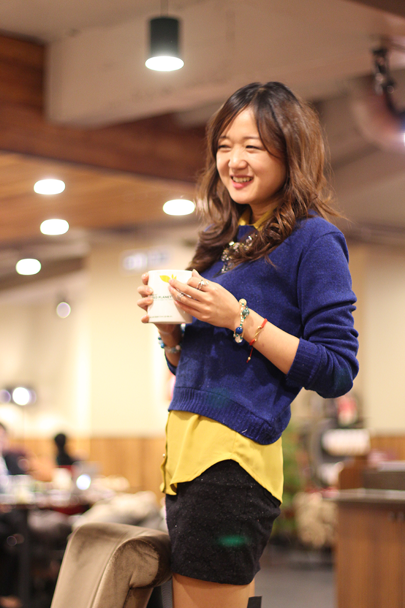романтичный образ в ботфортах, ботфорты и стиль, сочетание цветов, гармония цветов, с чем сочетать мини юбку, вдохновение для нового образа, корея, погода в Сеуле, кофе и чай согреет душу, стиль