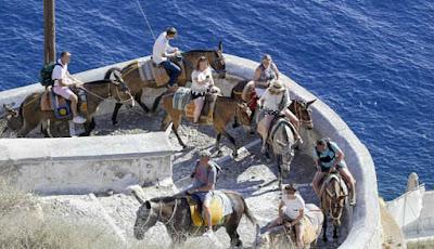 Turis menggunakan keledai untuk mendaki dan berkeliling pulau
