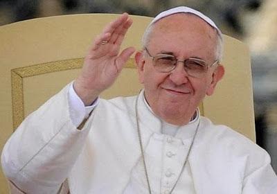 Papa Francisco (Primer Papa Latino) saludando con las manos
