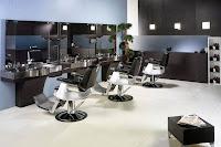 Siyah mobilyalı, çelik sacdan lavabo ve tezgahlı modern berber dükkanı tasarımı