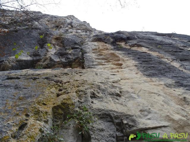 Ruta a Peña Melera y Los Pandos: Vía en la escuela de escalada de Cuevas