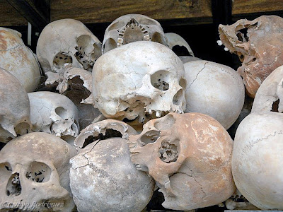 Menschliche Schädel in den Vernichtungslagern (Choeung Ek, Kambodscha)