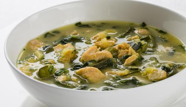 Sopa de verduras y salmón fresco con azafrán