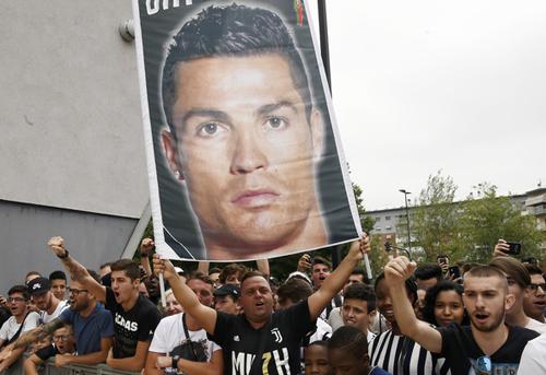 Giá vé Serie A tăng gấp 7 lần nhờ... Ronaldo
