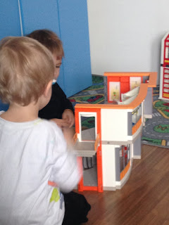 Kinder spielen Playmobil