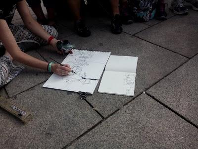 Veronica Lawlor démontrant le dessin d'une foule (Porto, juillet 2018)