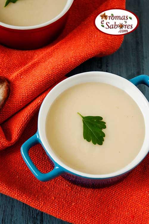Sopa cremosa de fruta pão