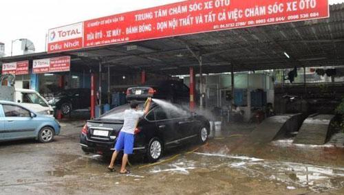 rửa xe ô tô với máy phun áp lực