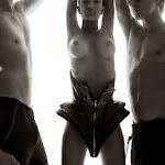 Emily Ratajkowski Vuelve a Enseñarnos Sus Perfectas Tetas. Esta Vez Posando Para Tony Duran. Foto 2