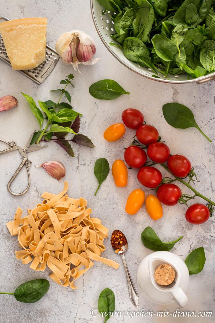 Zutaten Pasta mit Spinat, geschmorten Tomaten und Burrata