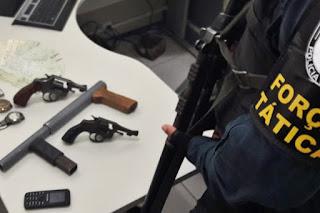 PM apreende três armas de fogo e R$ 11 mil em cheques roubados em uma residência no Bairro Santa Maria