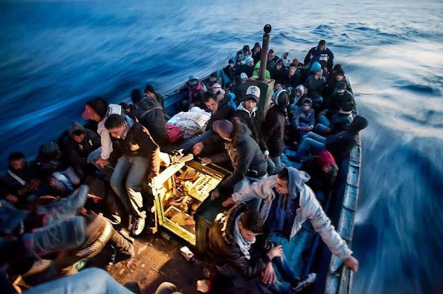 Migranti su barcone nel Mar Mediterraneo, aprile 2011. Foto di Giulio Piscitelli-Contrasto
