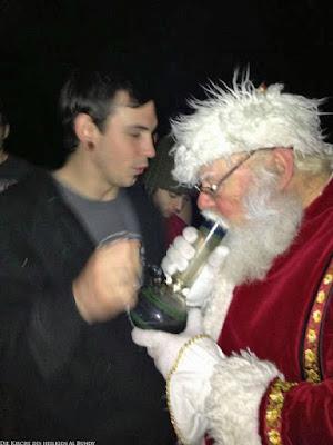Lustiges Drogenmissbrauchs Bild - Weihnachtsmann raucht Hanf mit Bong