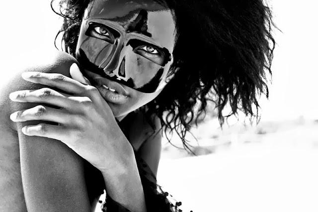 Modelo con máscara veneciana