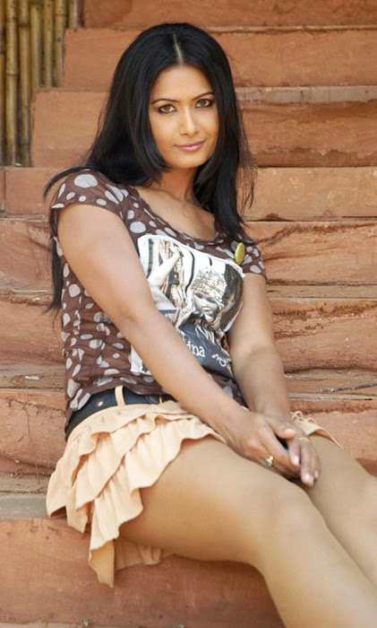 divya dwivedis spicy cross leg latest photos