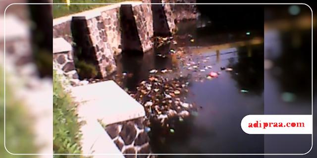 Air embung yang terkontaminasi sampah | adipraa.com