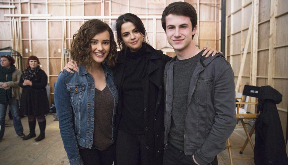 Selena Gómez, productora de 13 Reasons Why, con Katherine Langford y Dylan Minnette